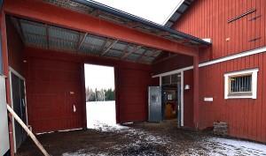En öppen gång mellan stall och ridhus förhindrar att fuktig stalluft kommer in i ridhuset. Foto Anders Ehrlemark 2012